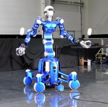 Robot Rollin' Justin łapie piłeczki