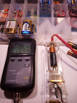 Ile amperów ma bateria alkaliczna R6 AA 1.5V?