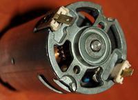 Silnik prądu stałego z magnesami, a napis 230V 50Hz