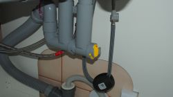 Electrulux ESL7311RA - czy zmywarka jest źle podłączona (zdjęcie) woda na dnie