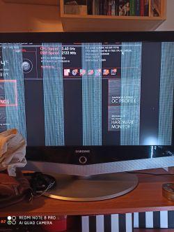 Dwa pionowe paski - Przy włączaniu komputera wyświetlają się dwa pionowe paski,