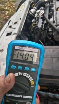 Opel 2.0 dl pobiera prąd na postoju