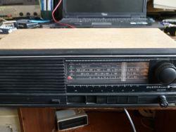 Wnętrze starego, polskiego odbiornika radiowego UNITRA Śnieżka R-207
