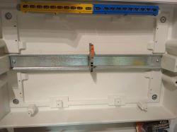 Nowa złączka WAGO TOPJOB S z dźwignią montowana na szynie rozdzielnicy.