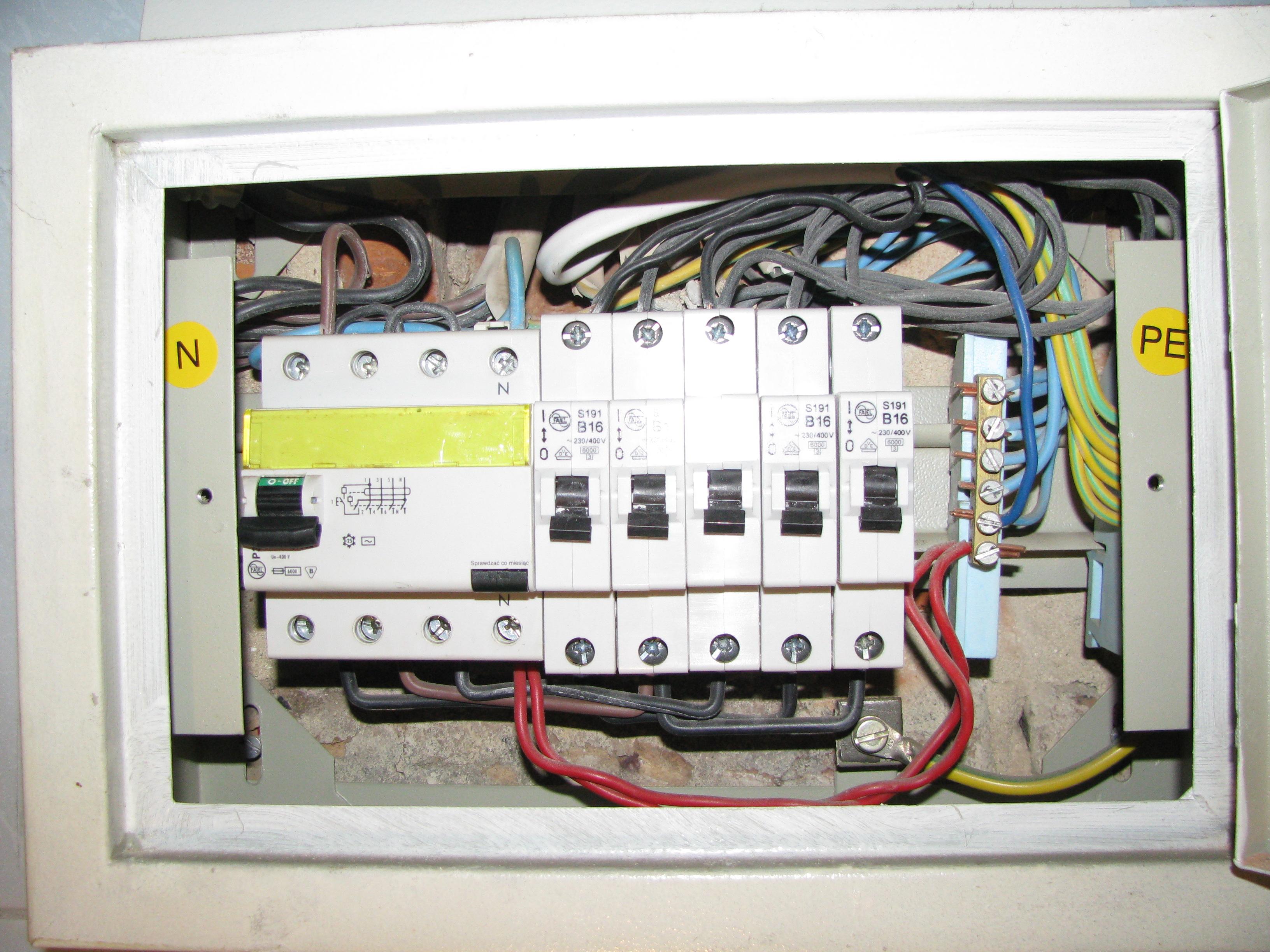 Wy��cznik r�nicowopr�dowy w instalacji 230V.