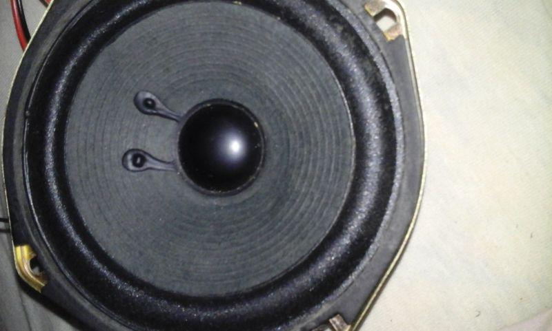 Co to są za oznaczenia i jakiś skrzynię to tych głośników?