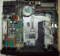 Zatrzaśnięta kaseta magnetofonowa w radiu OPEL SC202