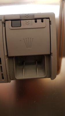Bosch SMV50E90EU/54 - ciągłe otwieranie się klapki podajnika kostki czyszczącej