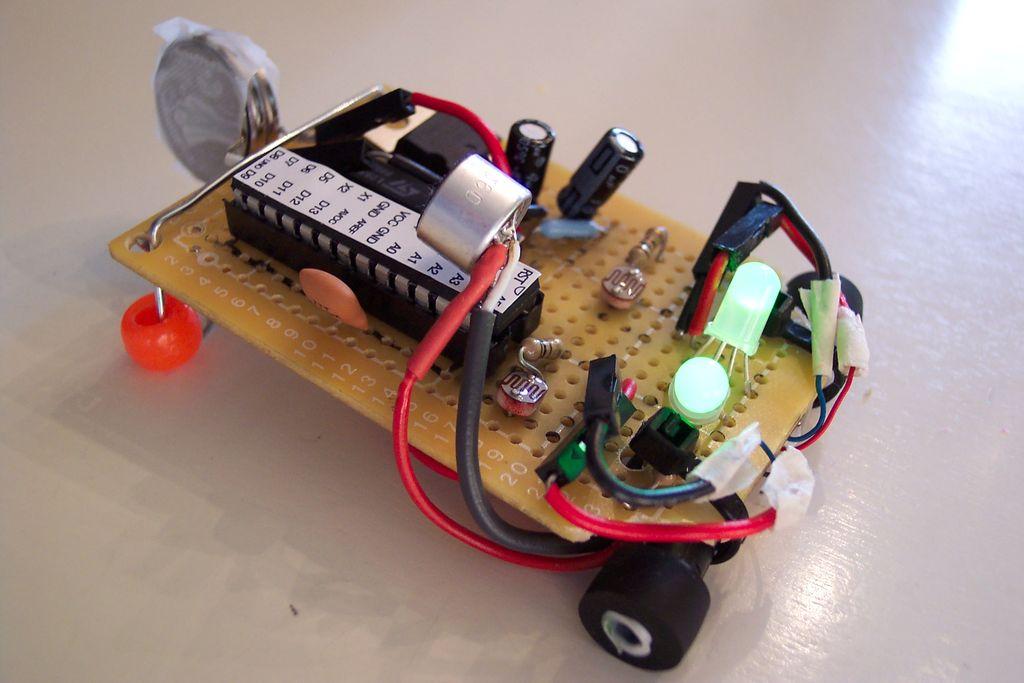 Prosty, miniaturowy robot dla pocz�tkuj�cych amator�w elektroniki