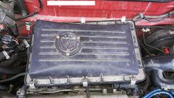 Nissan Micra - Przymocowana klapa w obudowie filtra powietrza wkrętami