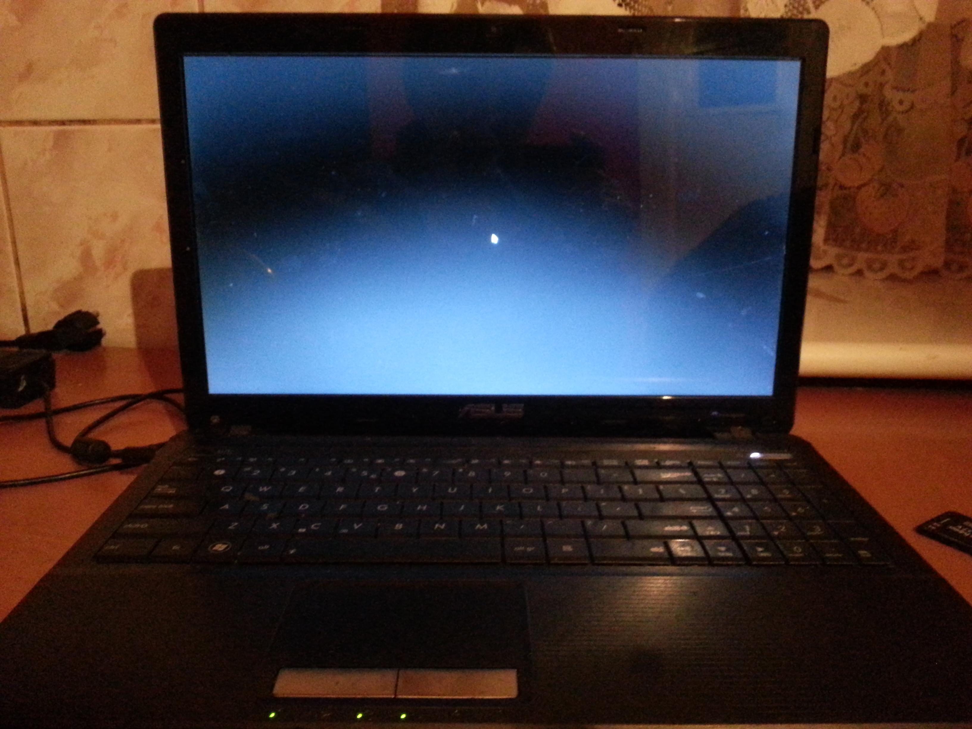 Po w�oczeniu laptopa asus ma t�o w jednym kolorze i myszk� kt�r� mog� rusza�