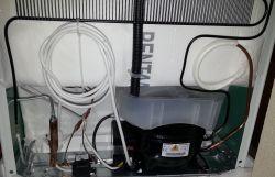Nowa lodówka Electrolux ENN12803CW - posiada biały nalot na rurce skraplacza