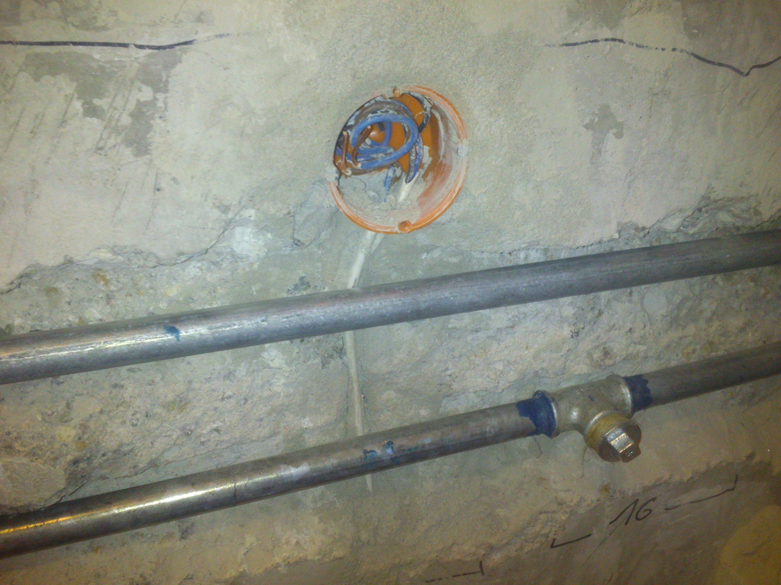 Przewody elektryczne obok rur doprowadzaj�cych wode