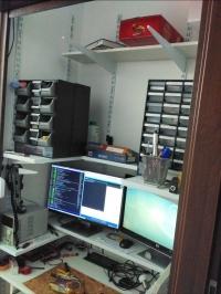 """Biurko elektronika w nietypowym miejscu i z ciekawym """"zamykaniem"""""""