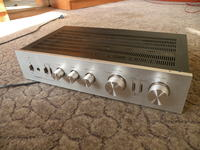 Niedrogi używany amplituner stereo.