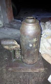 Naprawa podnośnika słupkowego-wymiana starego oleju i czyszczenie podnośnika