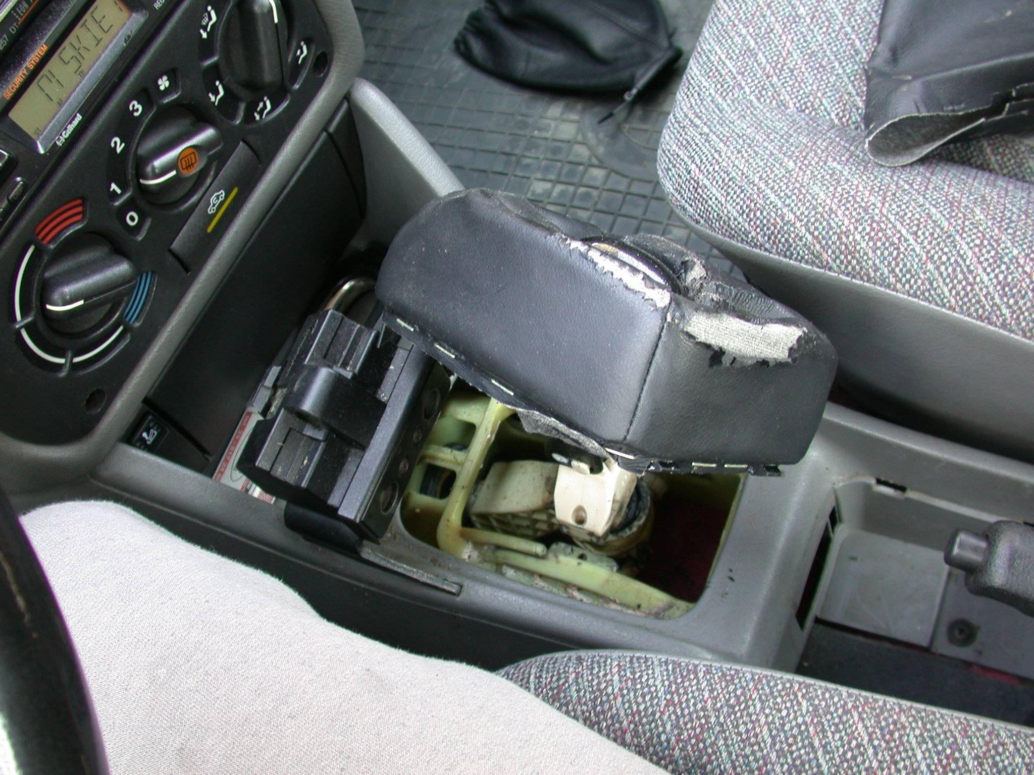 Opel astra F - Wymiana mieszk�w czyli os�on d�wigni zmiany bieg�w i hamulca r�cz