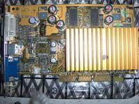 Montaż kondensatorów elektrolitycznych w karcie grafiki.