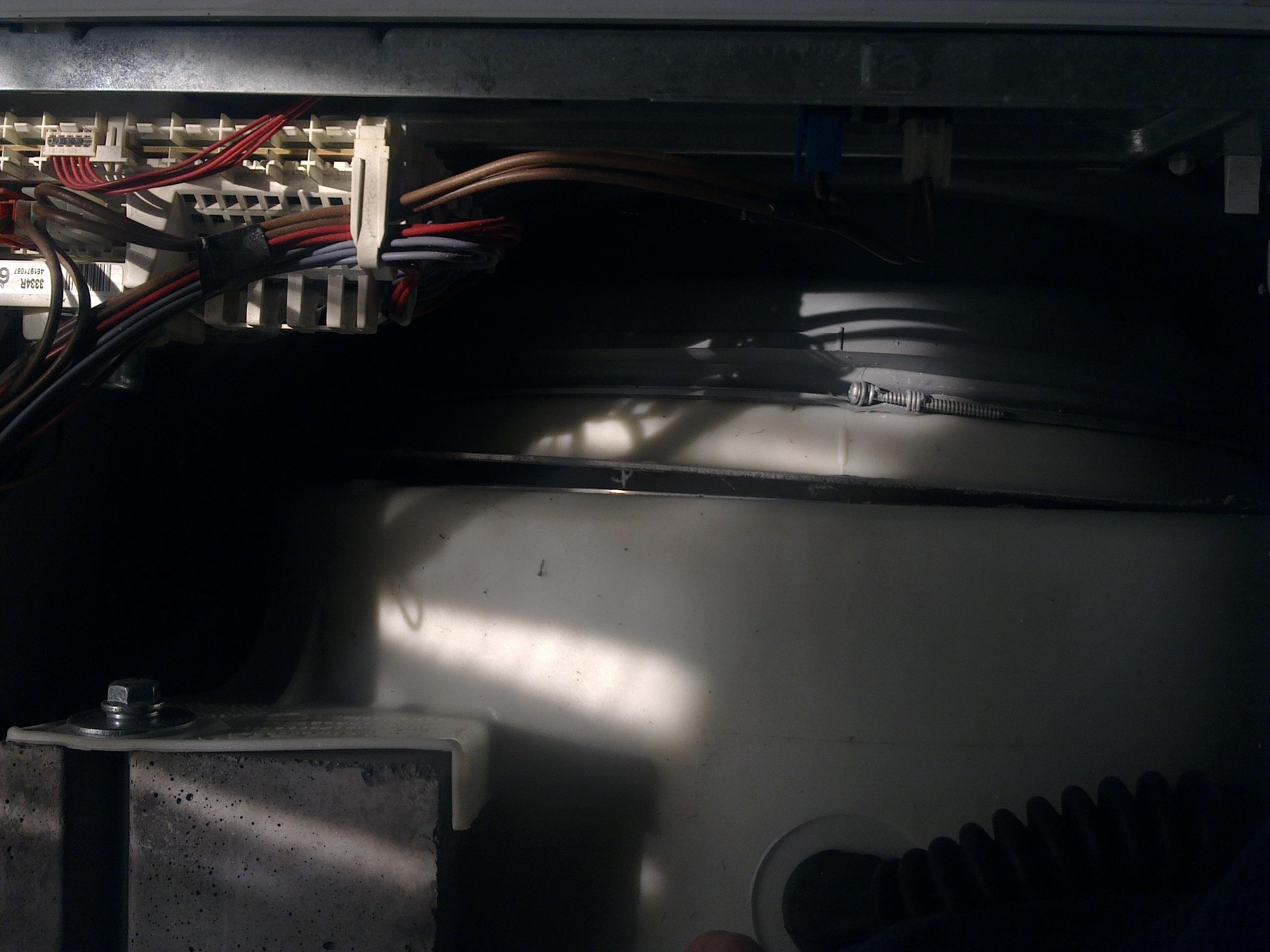 Whirlpool AWM 8103 - uszkodzony zbiornik b�bna.