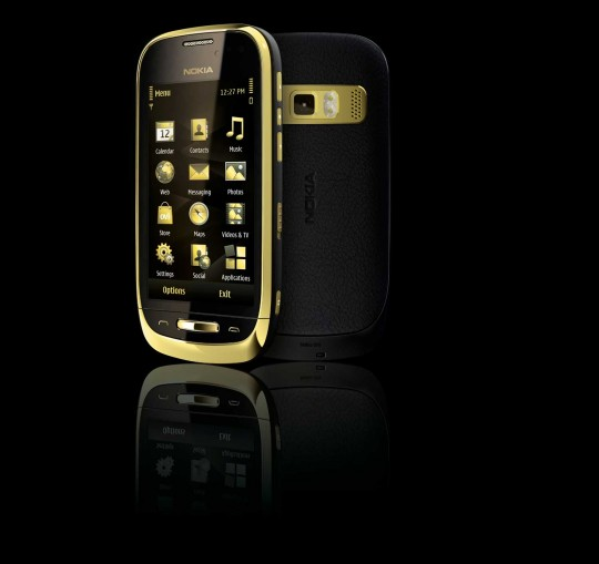 Nokia Oro C7 ze sk�rzan� klap� i 18-karatowym poz�oceniem