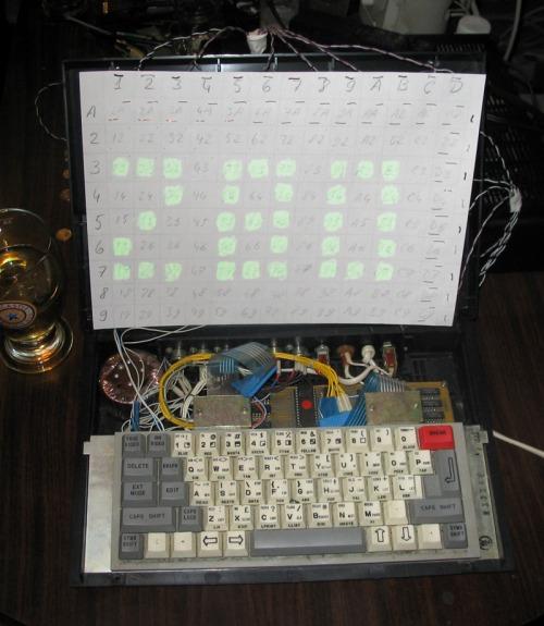 Radioaktywny wyświetlacz elektroluminescencyjny