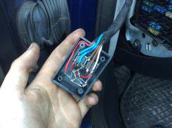 Audi A4 b5 kombi - Znalazłem dziwną puszkę przy bezpiecznikach
