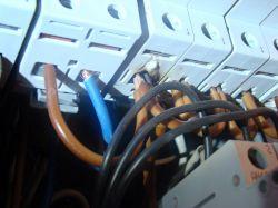Rozdzielnia i topiący sie przewód na wejściu do bezpiecznika