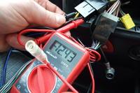 Radio Alpine nie włącza się przy wyłączonym zapłonie
