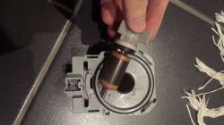 Pralka Siemens WM14E4R0/08 - nie odpompowuje wody po zakończeniu cykli, błąd F18