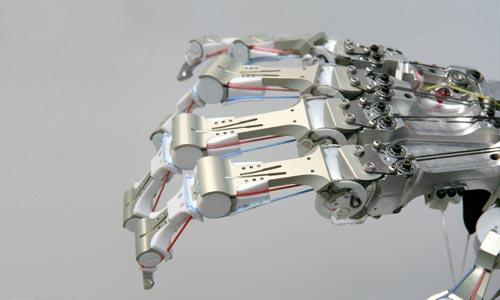Nowy model r�ki robota analogiczny do ludzkiej