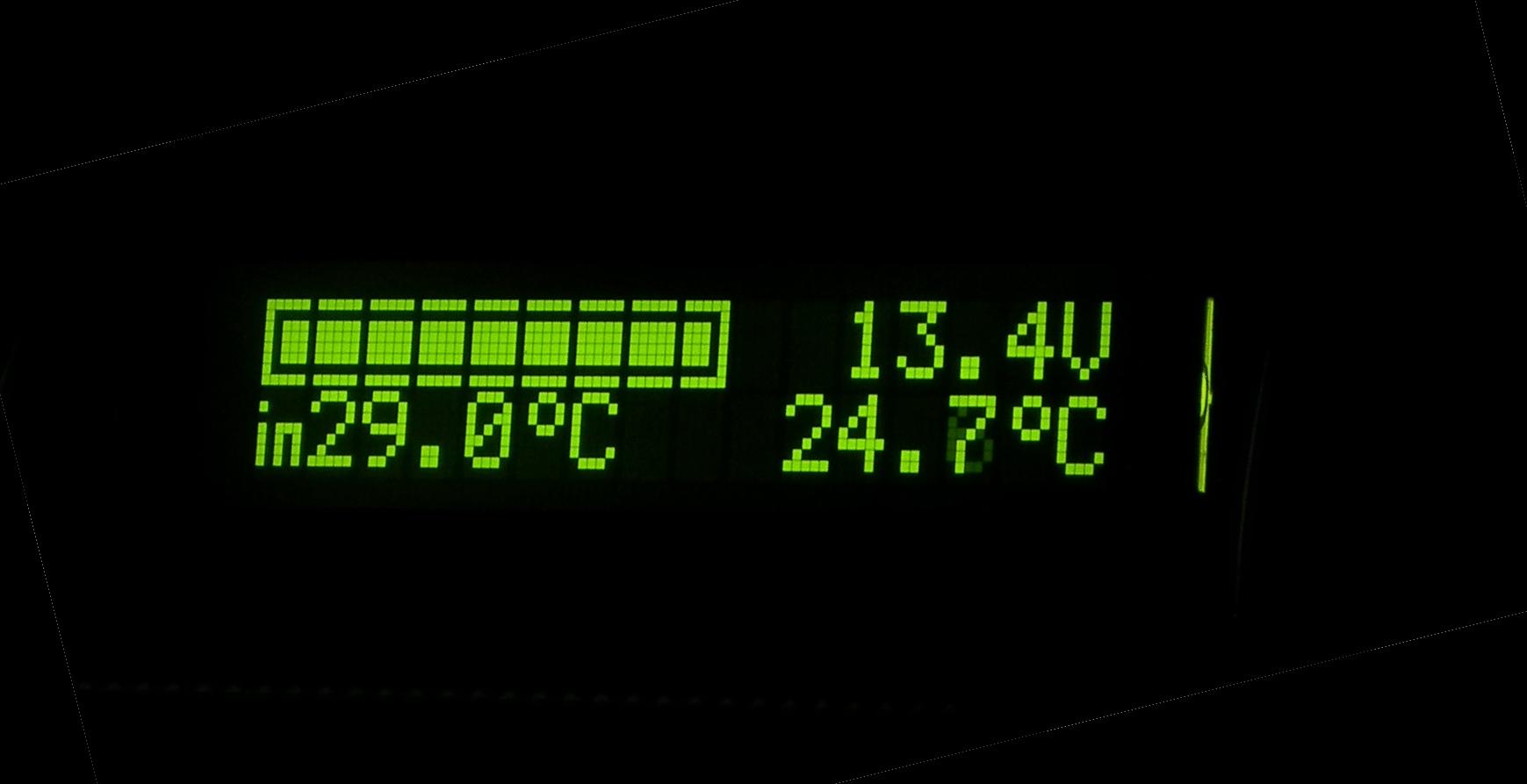 Woltomierz samochodowy ze wska�nikiem na�adowania oraz termometrem.