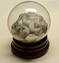 Burza w środku szklanej kuli. Zależna od siły z jaką potrząsnęło się zabawką.