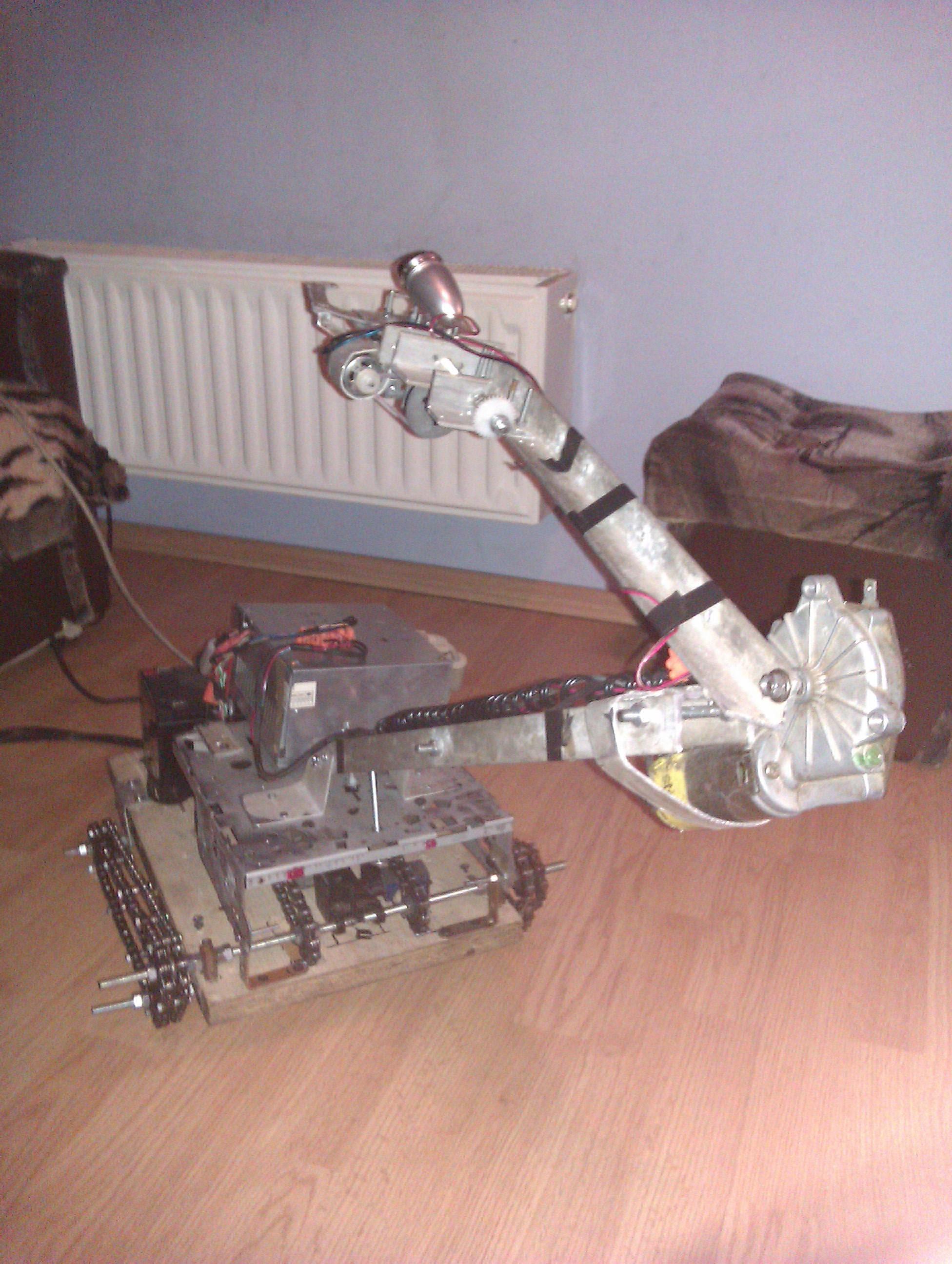M�j Robot Na G�sienicach. Sterowany przez kabel LPT. Generator PWM.