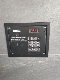 Dwa unifony bez kabla podłączone do domofonu w bloku