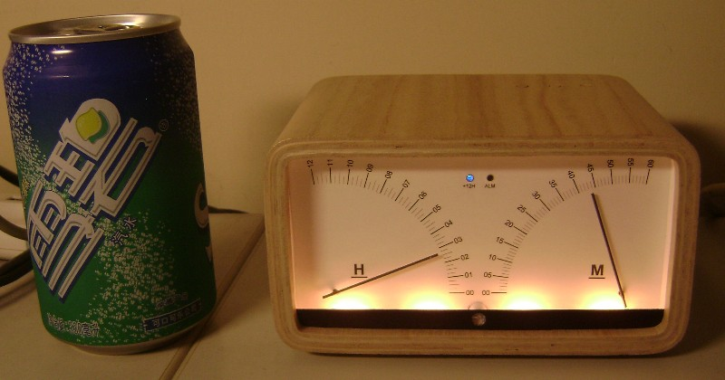 Oryginalny zegar wskaz�wkowy na serwomechanizmach