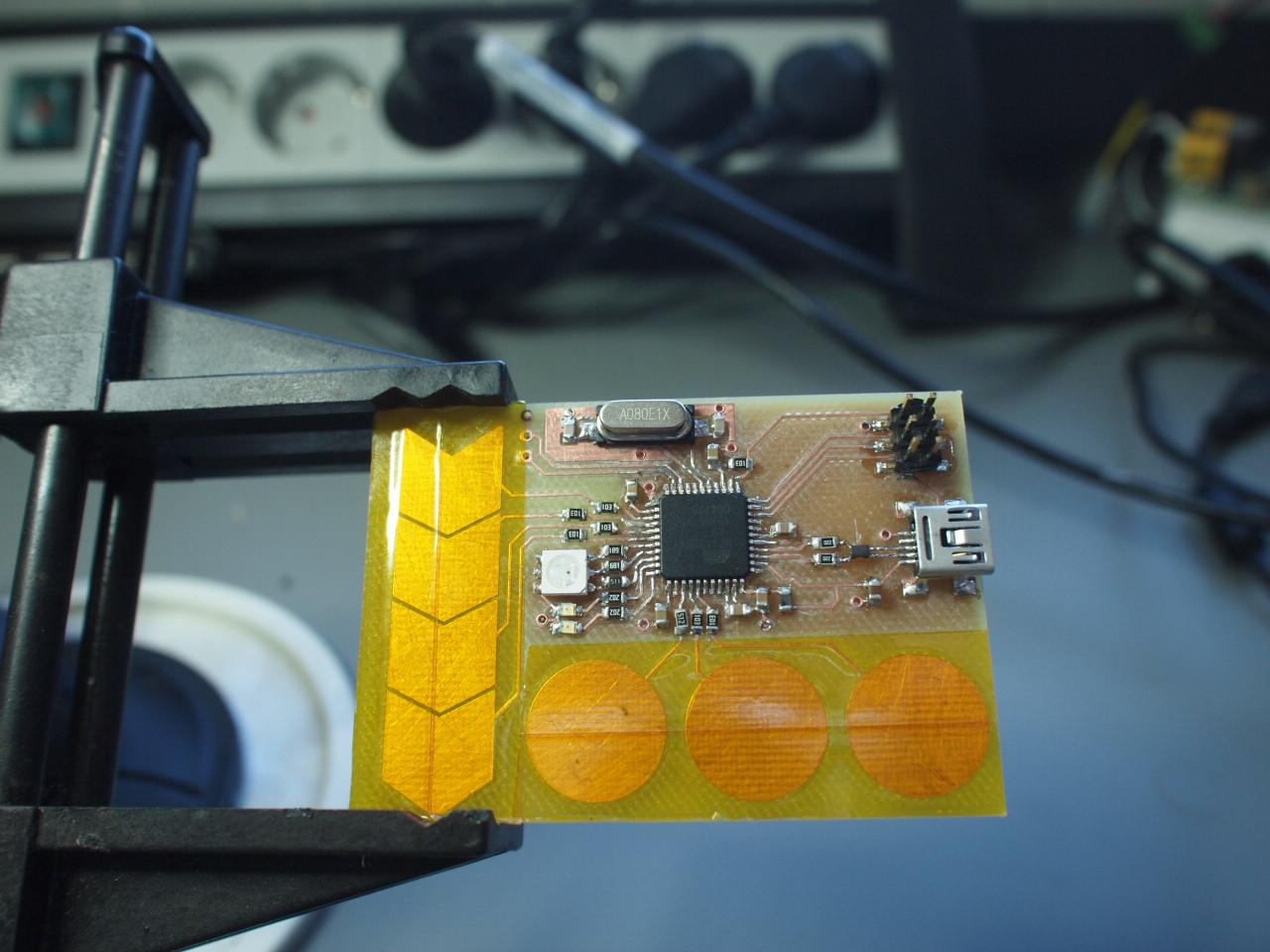 Obs�uga przycisk�w dotykowych za pomoc� mikrokontrolera AVR
