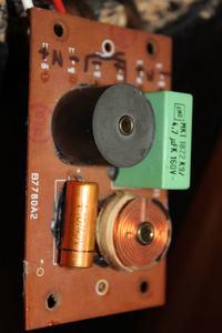 Uszkodzona zwrotnica - głośnik niskotonowy