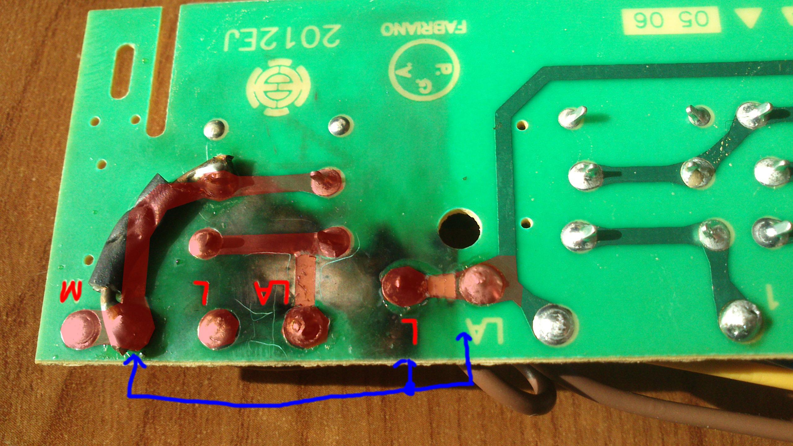 Whirlpool AKR 703 IX - Okap, przebicie na obwodzie drukowanym.