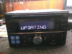 Alpine, CDE-W235BT - Na wyświetlaczu napis UPDATING