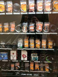 Chcesz szybką przekąskę? Elektronika w automacie do sprzedaży batoników.