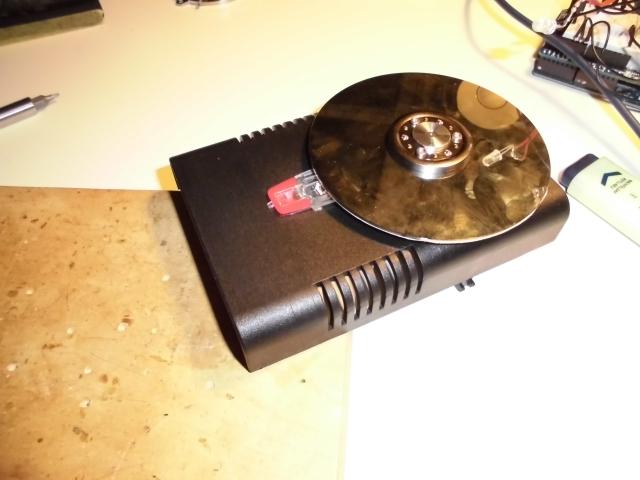 Kontroler MIDI do scratchu wykonany z dysku twardego.