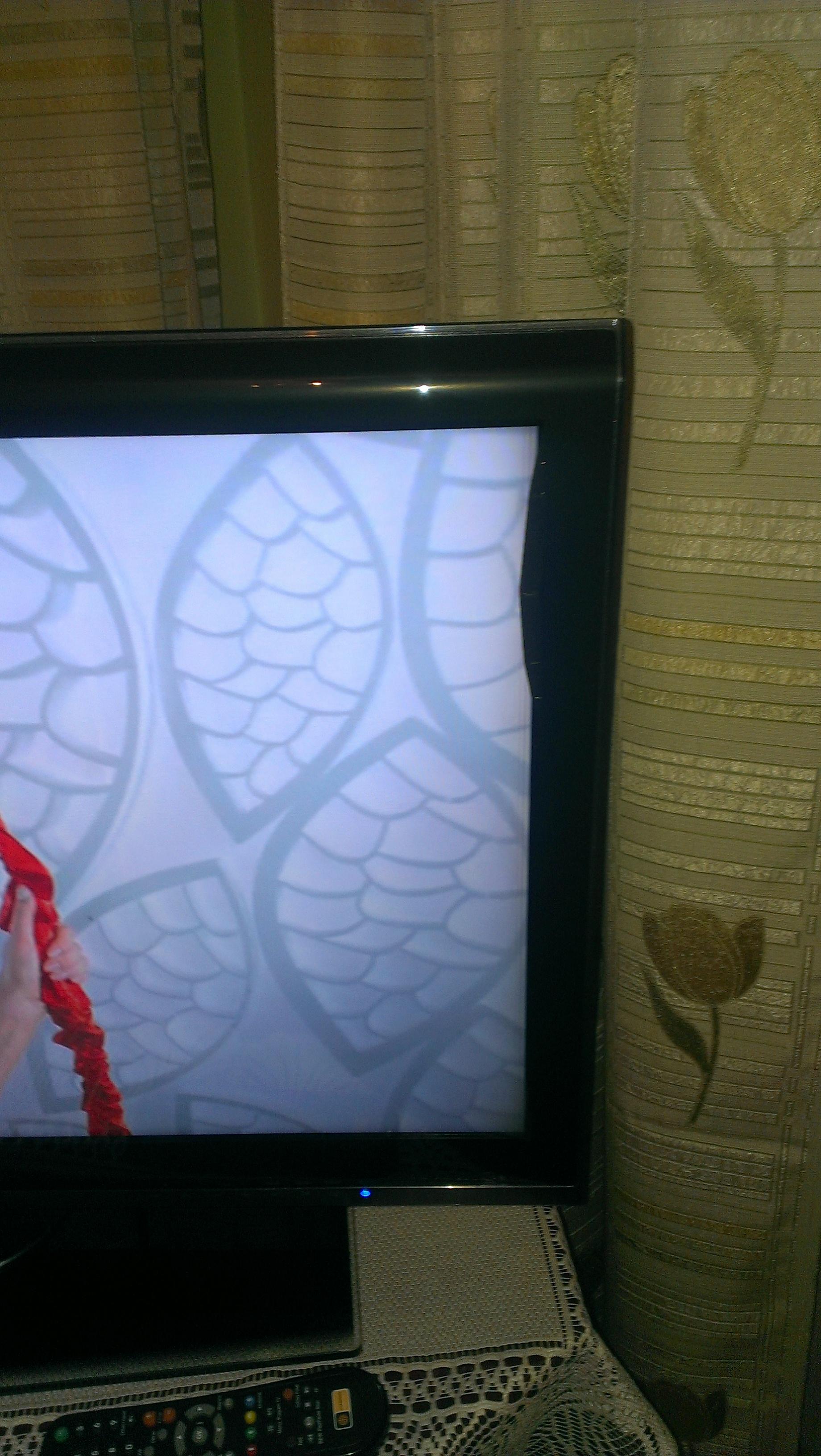 LG 32SL8000 - Dziwne wybrzuszenie z boku ekranu