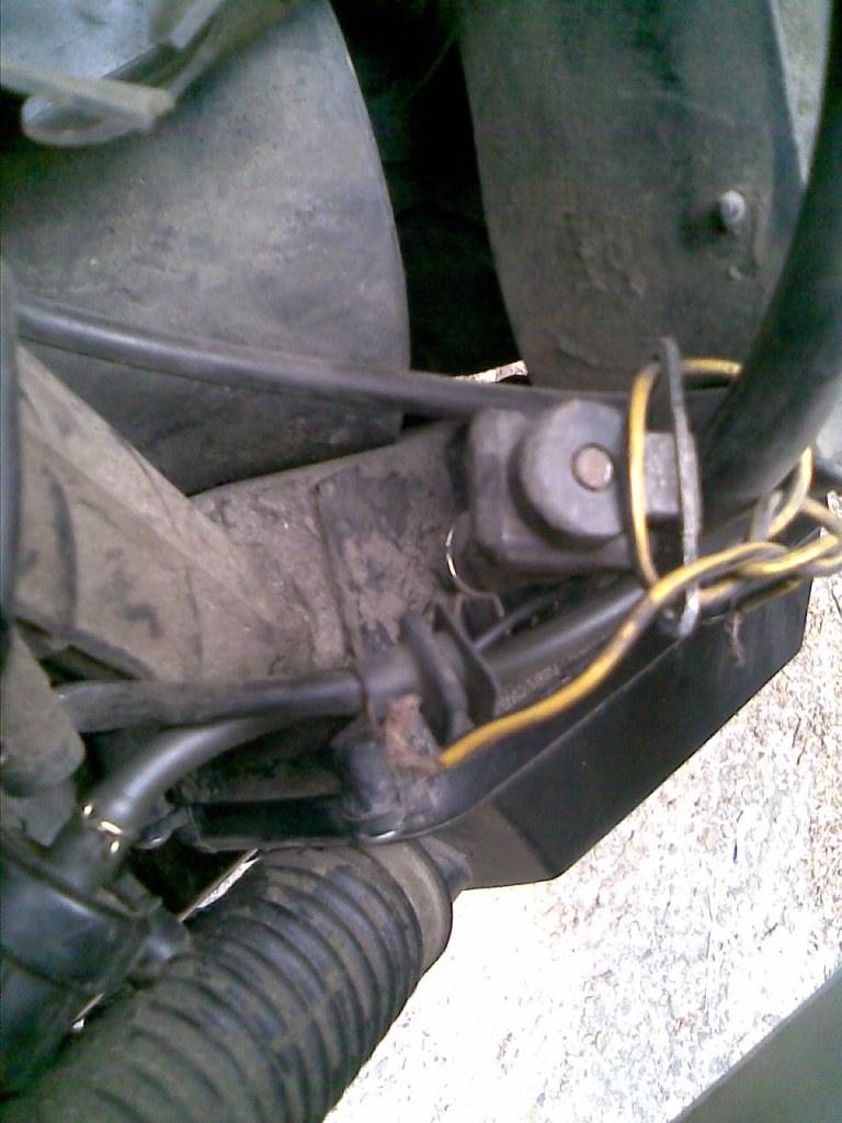 Dziwny czujnik w osprz�cie silnika skutera 4T. Kto wie do czego s�u�y?