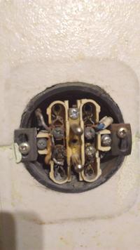 Wymiana gniazdka - wyłącza bezpiecznik przy dotknięciu przewodu neutralnego