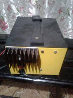 Prostownik/ładowarka akumulatorów.