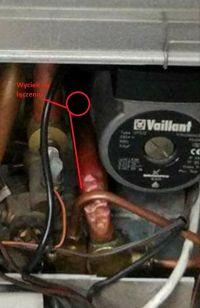 Wyciek wody z rurki oznaczonej na zdjęciu Vaillant VUW PL 202/2-5