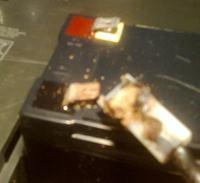 APC Back-UPS ES 700 - Uszkodzone z��cze po��czeniowe na minusie AKU?