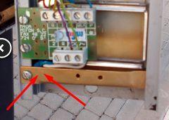 - Domofon przycisk wywołania otwiera elekrozaczep furtki