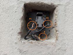 Napięcie w łącznikach schodowych 50V i działa, nie można podłączyć automatu.