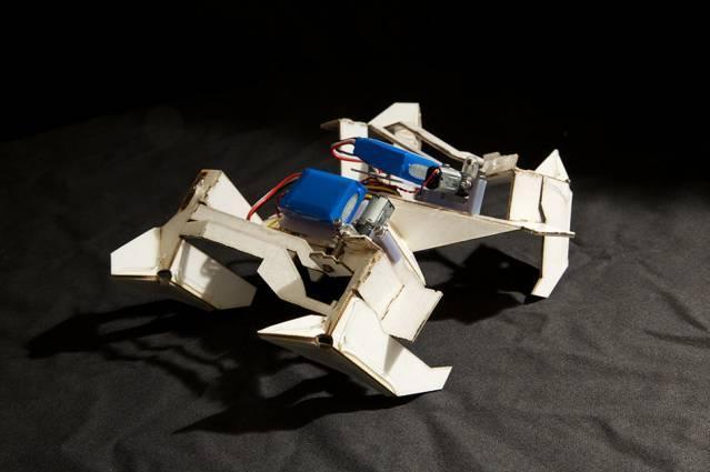 Samorozk�adaj�cy si� robot krocz�cy origami